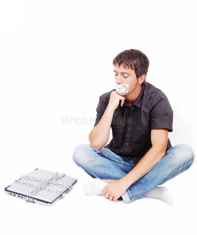 Uomo con la bocca isolata ed il computer portatile concatenato fotografie stock libere da diritti