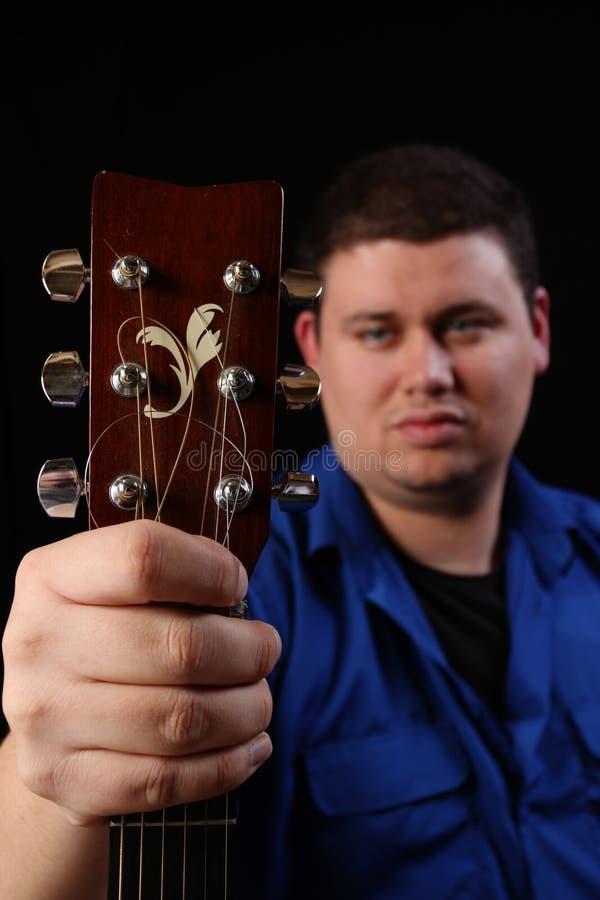 Uomo con la chitarra lasciata fotografie stock libere da diritti