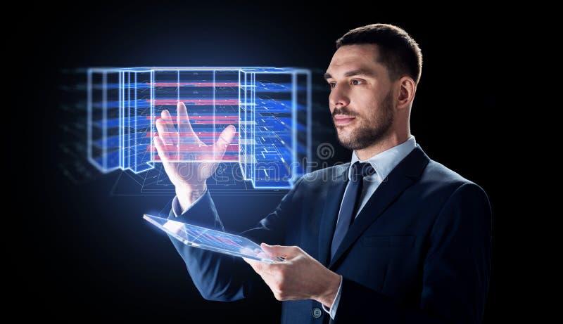Uomo con la compressa ed il progetto di costruzione virtuale immagine stock libera da diritti