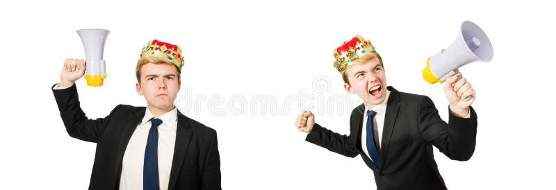 Uomo con la corona ed il megafono isolati su bianco immagine stock