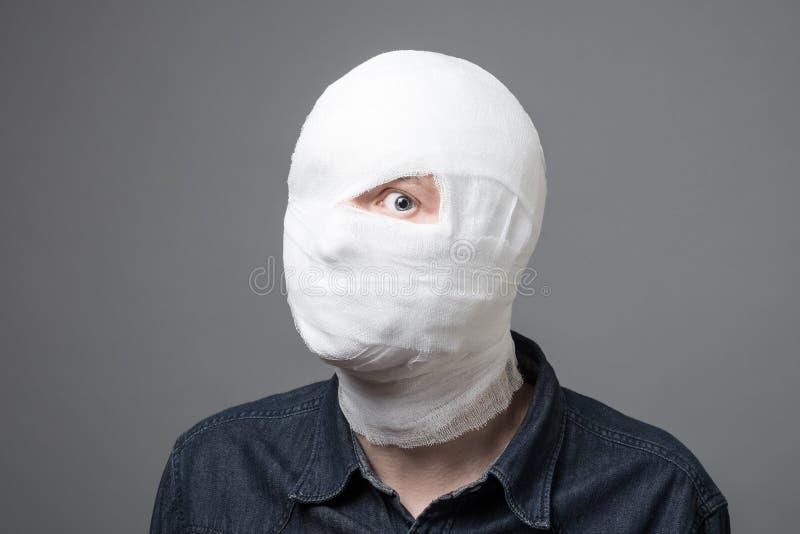 Uomo con la fasciatura sulla sua testa immagini stock libere da diritti