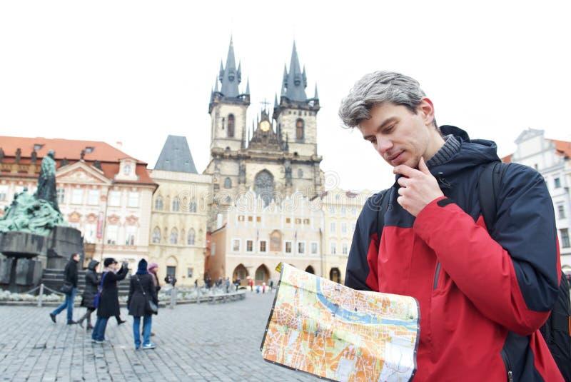Uomo con la mappa sopra attrazione turistica immagine stock libera da diritti