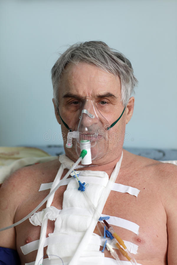 Uomo con la maschera di ossigeno immagine stock