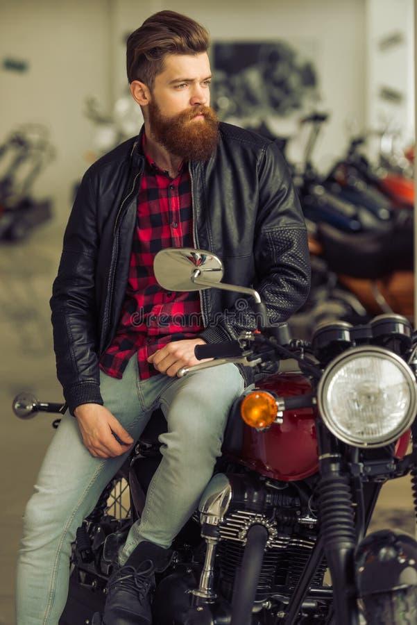 Uomo con la motocicletta immagine stock