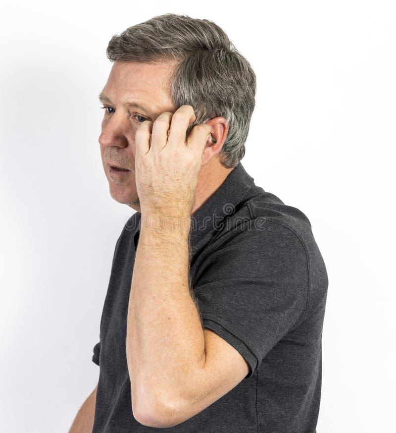 Uomo con la protesi acustica fotografia stock libera da diritti