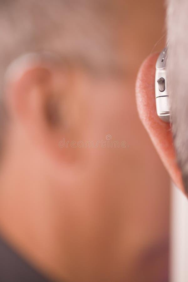 Uomo con la protesi acustica immagini stock libere da diritti