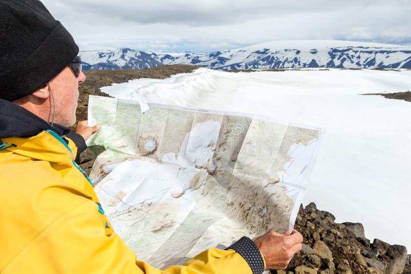 Uomo con la regione selvaggia d'esplorazione della mappa sull'avventura di trekking immagini stock libere da diritti