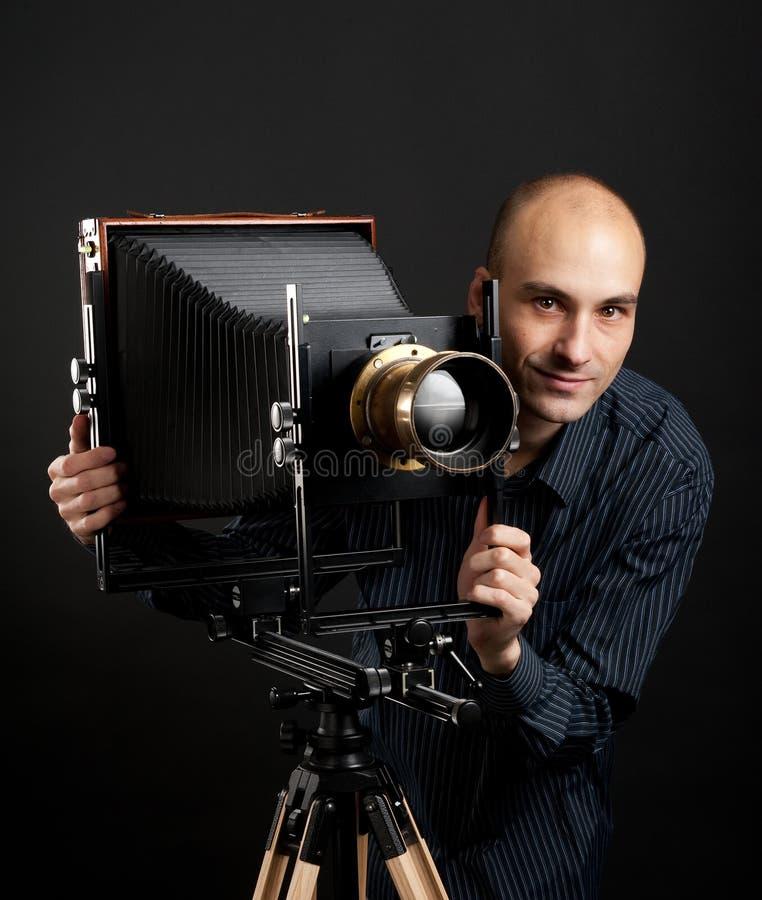 Uomo con la retro macchina fotografica immagini stock