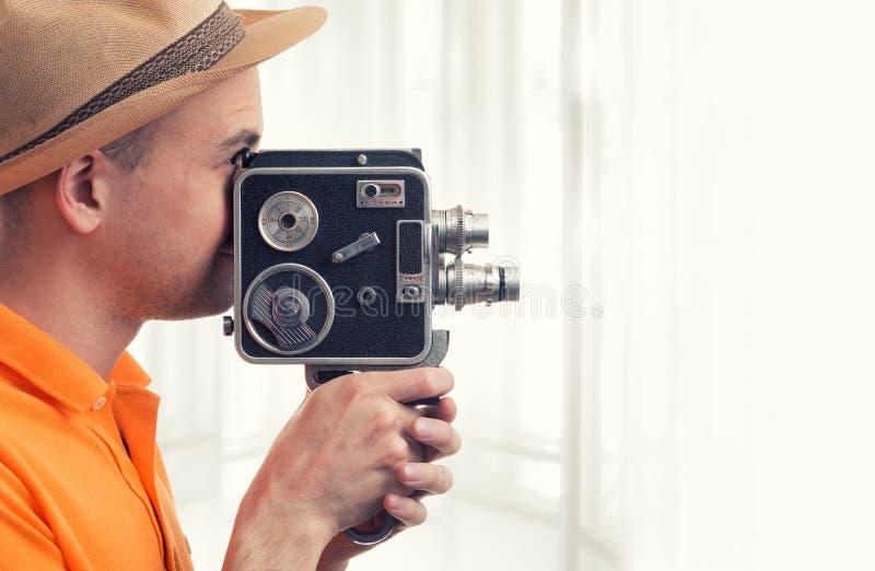 Uomo con la retro macchina fotografica fotografie stock libere da diritti