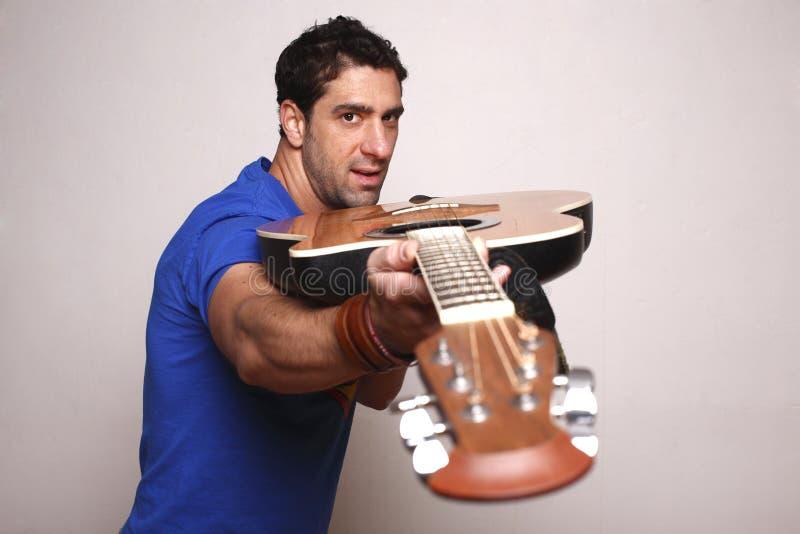 Uomo con la sua chitarra. fotografia stock libera da diritti