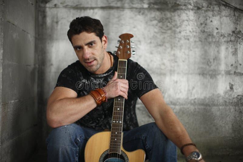 Uomo con la sua chitarra. immagini stock libere da diritti