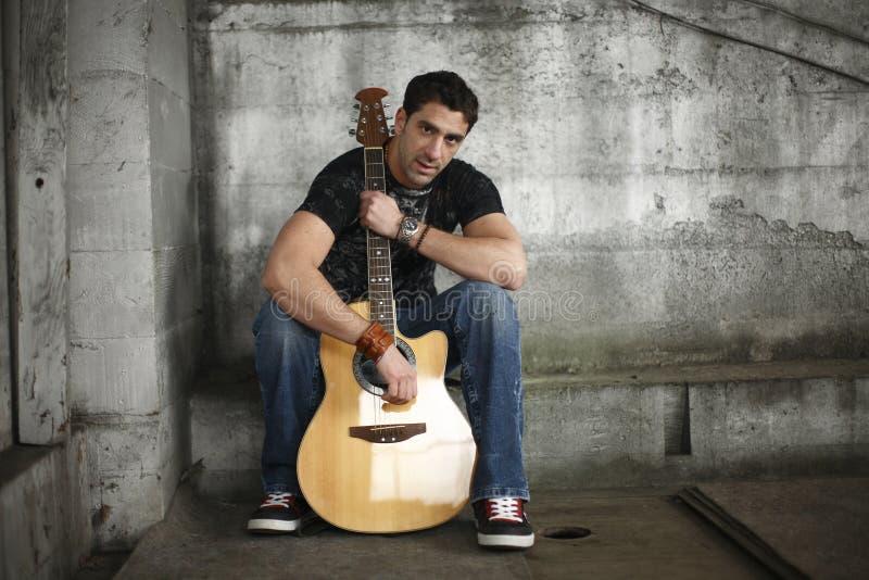 Uomo con la sua chitarra immagini stock libere da diritti