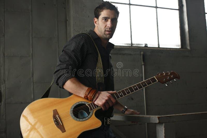 Uomo con la sua chitarra fotografia stock libera da diritti