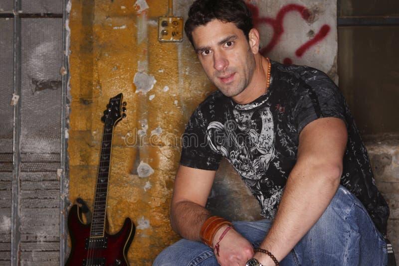 Uomo con la sua chitarra immagine stock