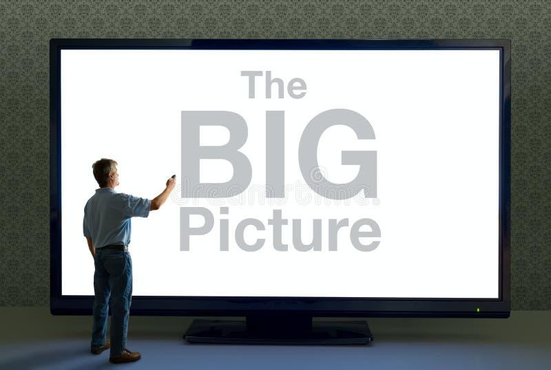 Uomo con la televisione a distanza e gigante che dice la GRANDE immagine fotografie stock