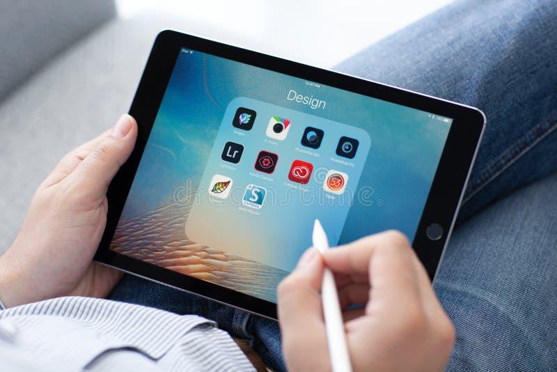Uomo con la tenuta della matita di Apple nel iPad della mano pro fotografia stock