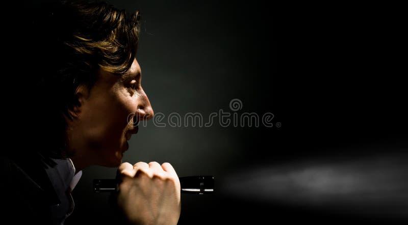 Uomo con la torcia elettrica fotografie stock