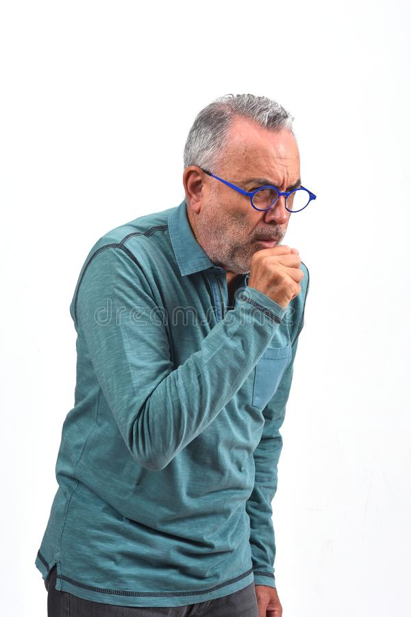 Uomo con la tosse su fondo bianco fotografie stock