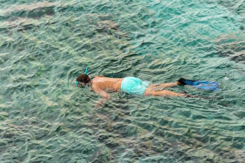 uomo con la tuba della maschera della presa d'aria e presa d'aria in mare Immergersi, nuoto, vacanza I turisti sono impegnati nel fotografia stock