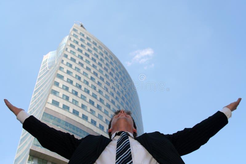 Uomo con le braccia outstretched immagine stock