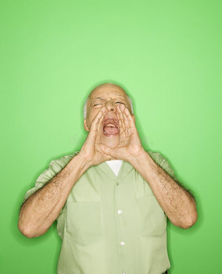 Uomo con le mani all'urlo della bocca. immagini stock libere da diritti