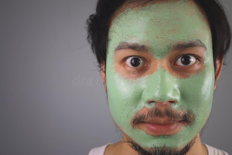 Uomo con lo skincare della maschera di protezione immagini stock libere da diritti