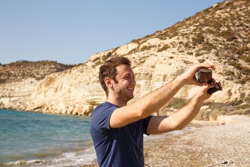 Uomo con lo smartphone fotografie stock libere da diritti