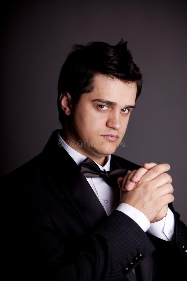 Uomo con lo smoking nero. immagine stock