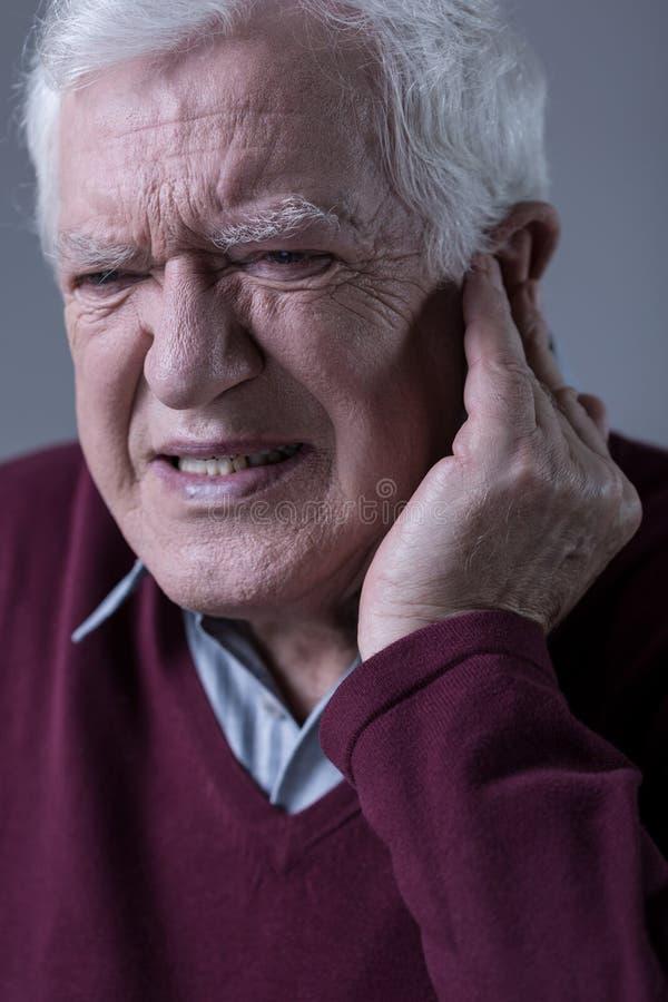 Uomo con mal d'orecchi fotografia stock libera da diritti