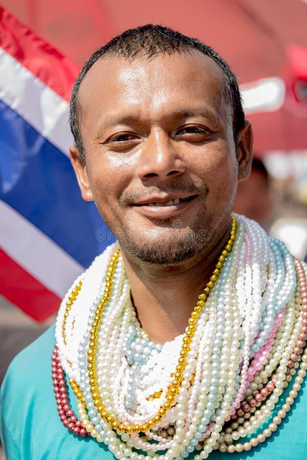 Uomo con molte collane della perla immagini stock libere da diritti