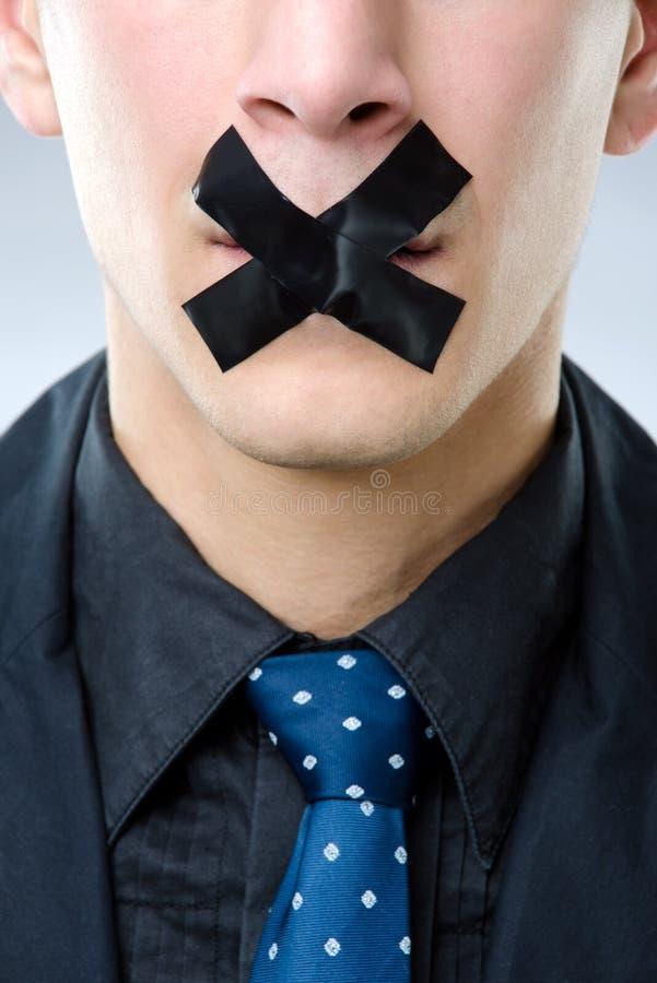 Uomo con nastro adesivo nero sopra la sua bocca fotografie stock libere da diritti