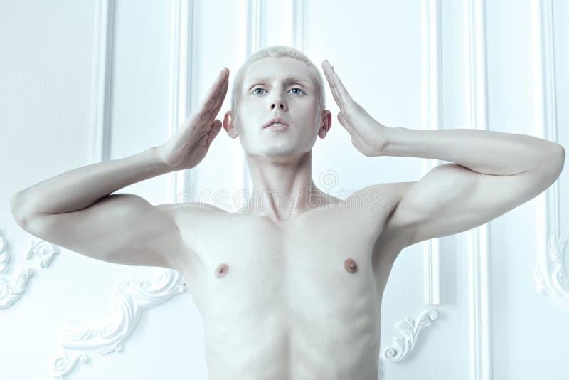 Uomo con pelle e gli occhi azzurri bianchi immagine stock libera da diritti