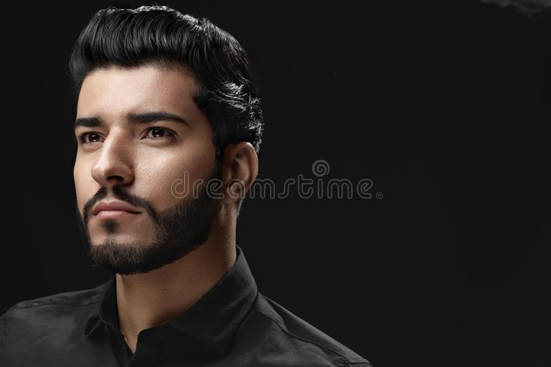 Uomo con stile di capelli, la barba ed il ritratto di modo del fronte di bellezza fotografia stock