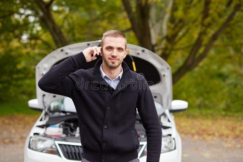Uomo con un'automobile rotta fotografia stock