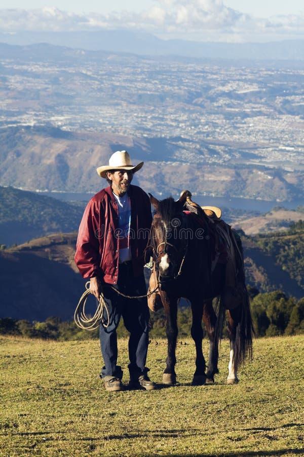 Uomo con un cavallo immagini stock libere da diritti