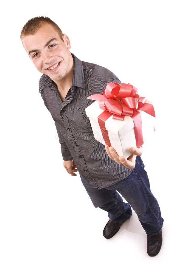 Uomo con un contenitore di regalo spostato fotografia stock libera da diritti