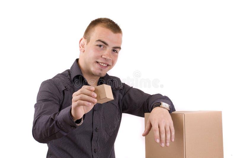 Uomo con un contenitore di regalo spostato immagine stock