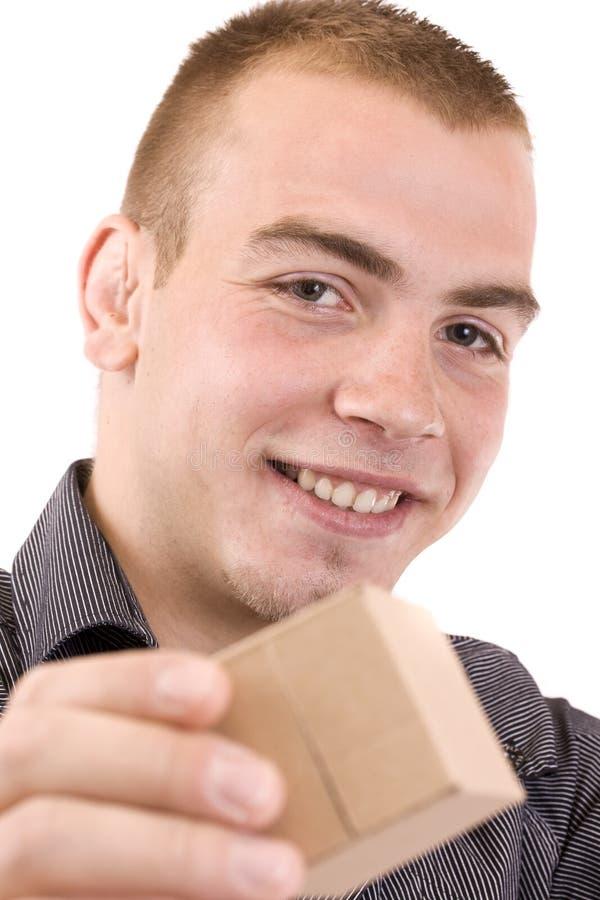 Uomo con un contenitore di regalo spostato fotografia stock