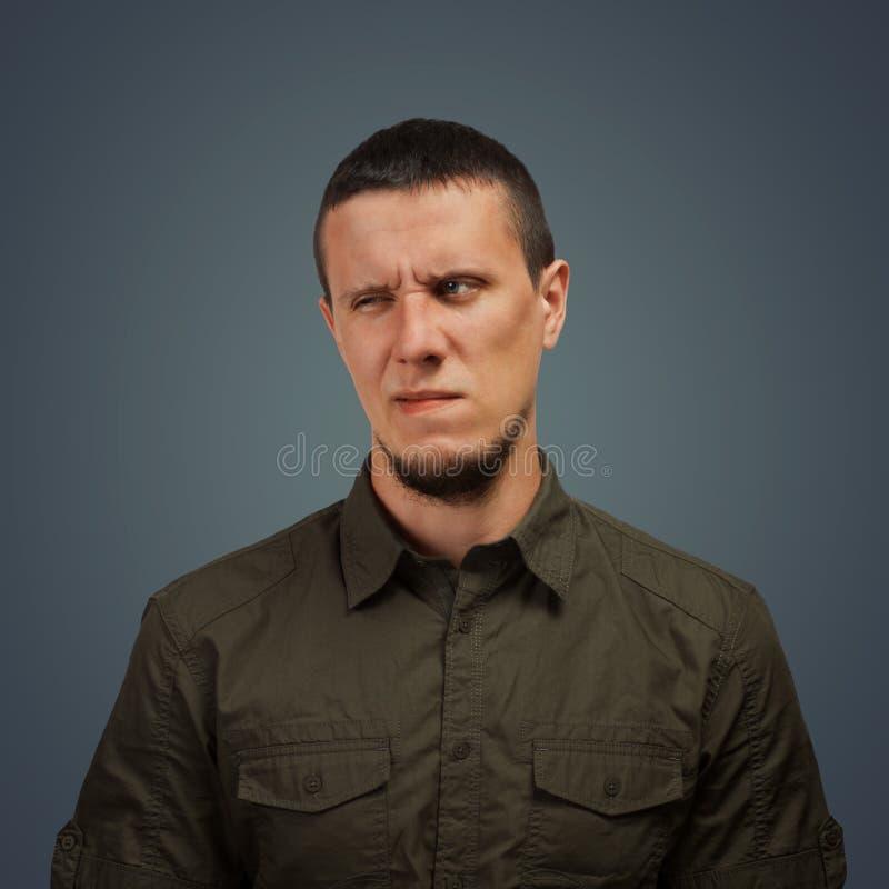 Uomo con un'espressione di repulsione fotografia stock libera da diritti
