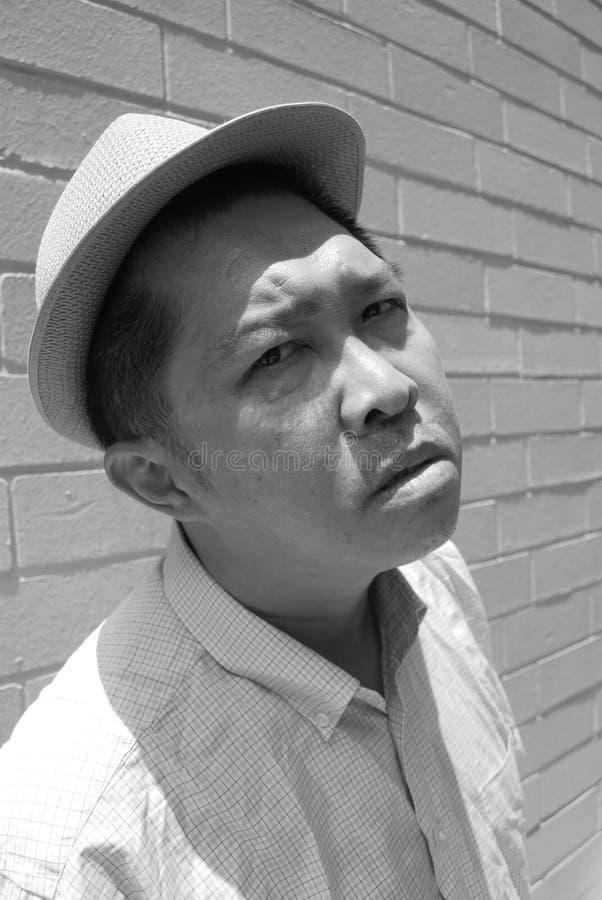 Uomo con un'espressione seria fotografia stock