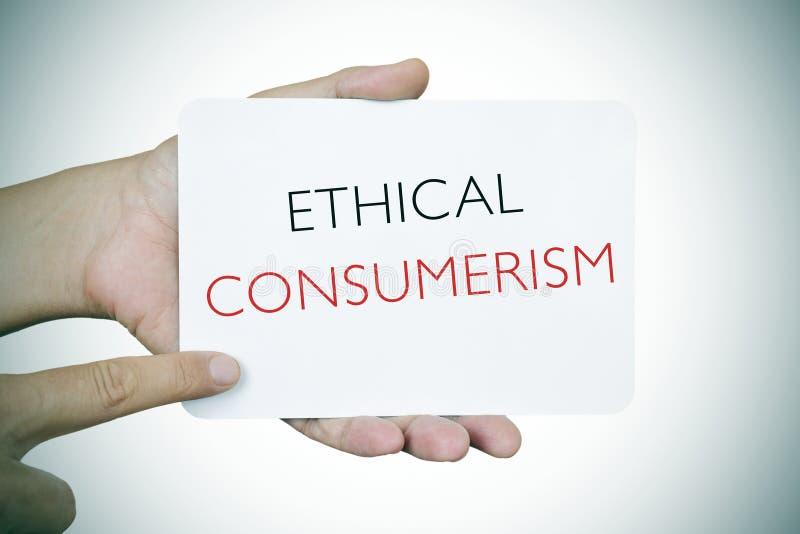 Uomo con un'insegna con il consumismo etico del testo, scenetta fotografia stock