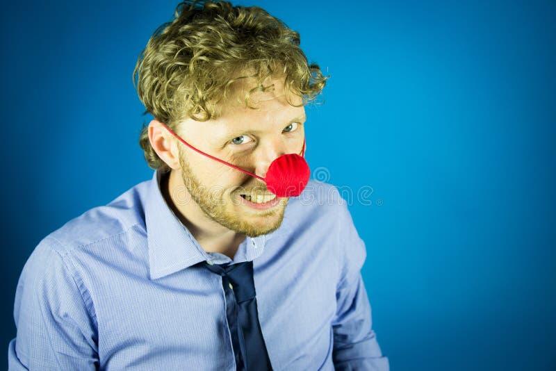 Uomo con un naso del pagliaccio fotografie stock