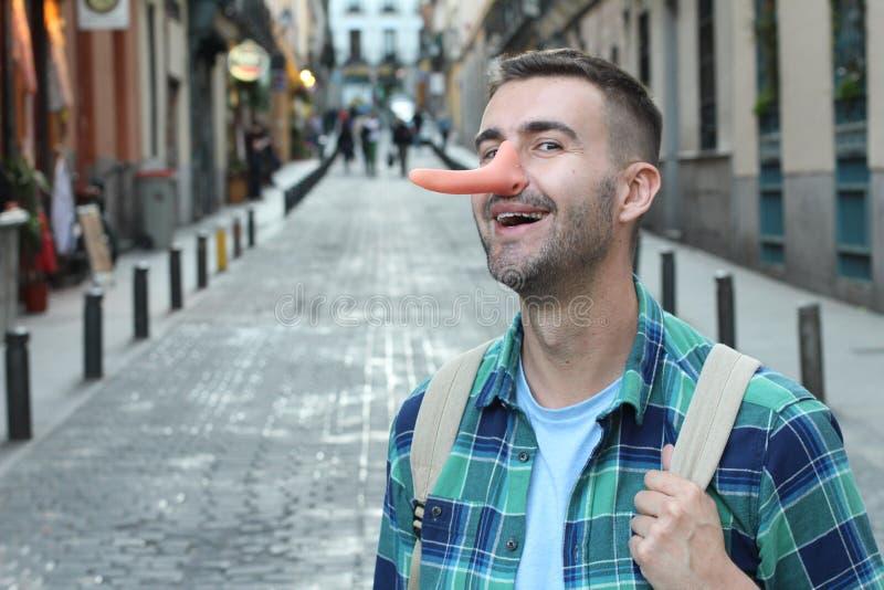 Uomo con un naso molto lungo immagine stock libera da diritti