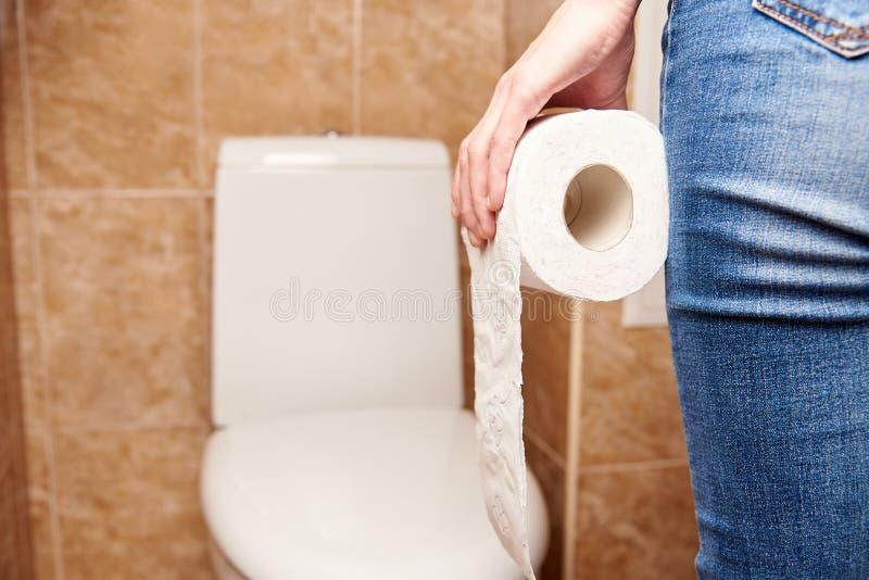 Uomo con un rotolo della carta igienica immagine stock libera da diritti
