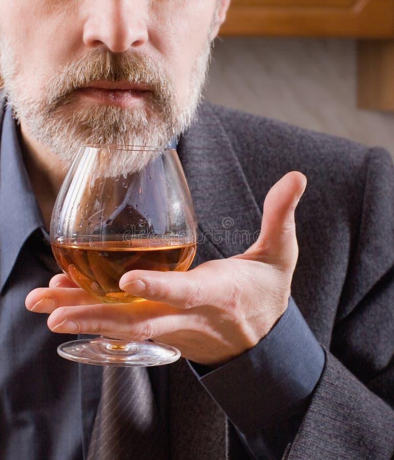 Uomo con un vetro del cognac fotografia stock libera da diritti