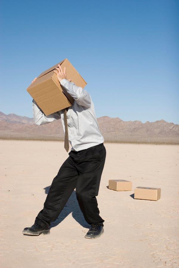 Uomo con una casella fotografia stock libera da diritti