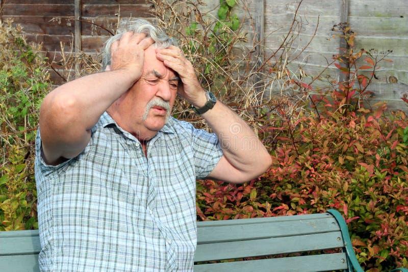 Uomo con una cattiva emicrania. immagine stock libera da diritti