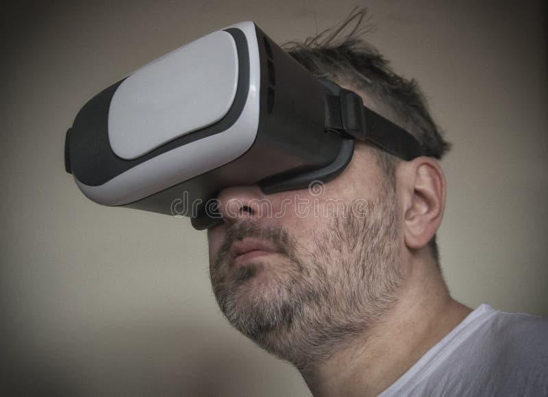 Uomo con una cuffia avricolare di VR immagine stock libera da diritti