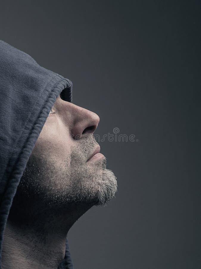 Uomo con una maglia con cappuccio fotografie stock