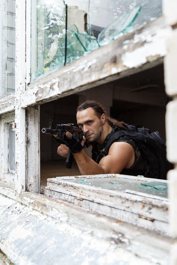 Uomo con una pistola fotografie stock